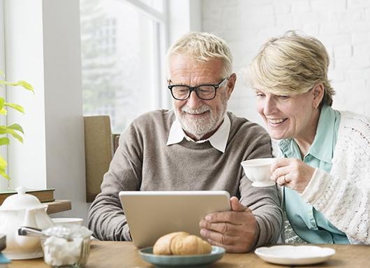 Gent gran tramitant un document online