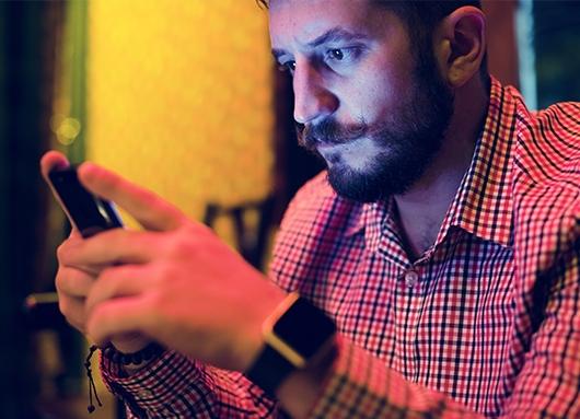 Home consultant les seves xarxes socials | eCityclic