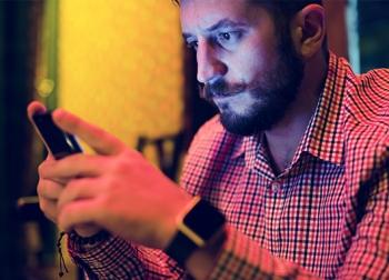 Hombre consultando sus redes sociales | eCityclic